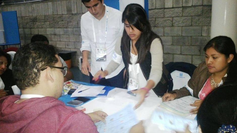 Los fiscales y las Juntas Receptoras de Votos se mantienen atentas al conteo de votos. (Foto: Carmen Carrillo/Soy502)