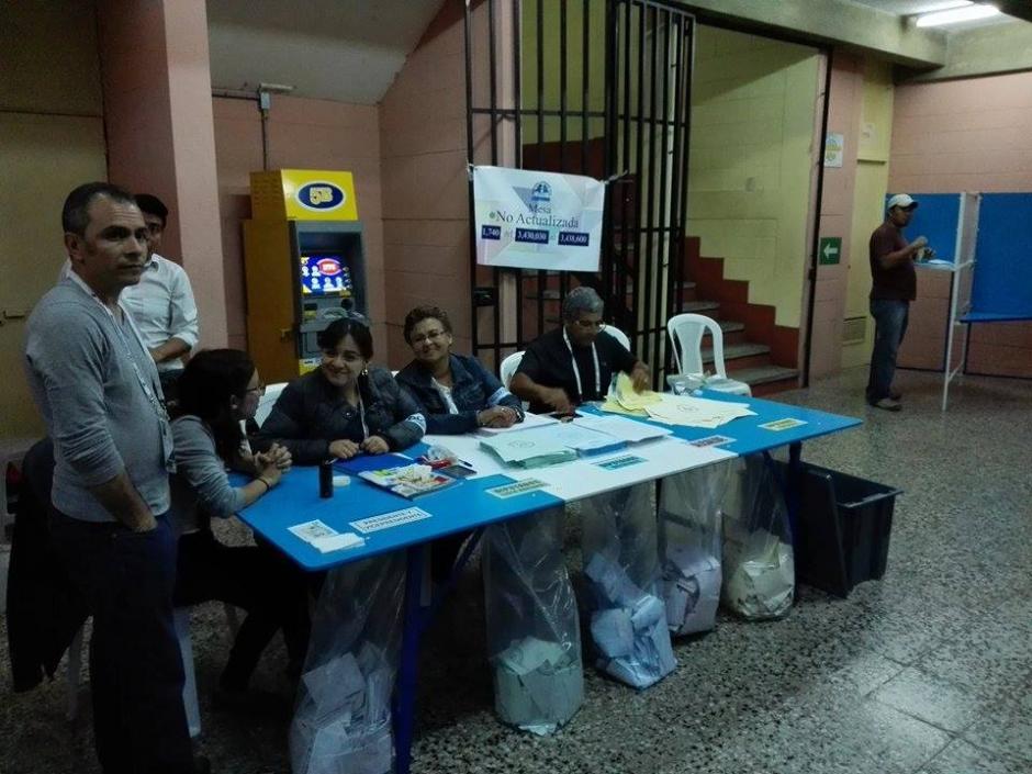 En el Centro Universitario Metropolitano (CUM) se inició con el conteo de votos. (Foto: Pablo Cuevas/Soy502)