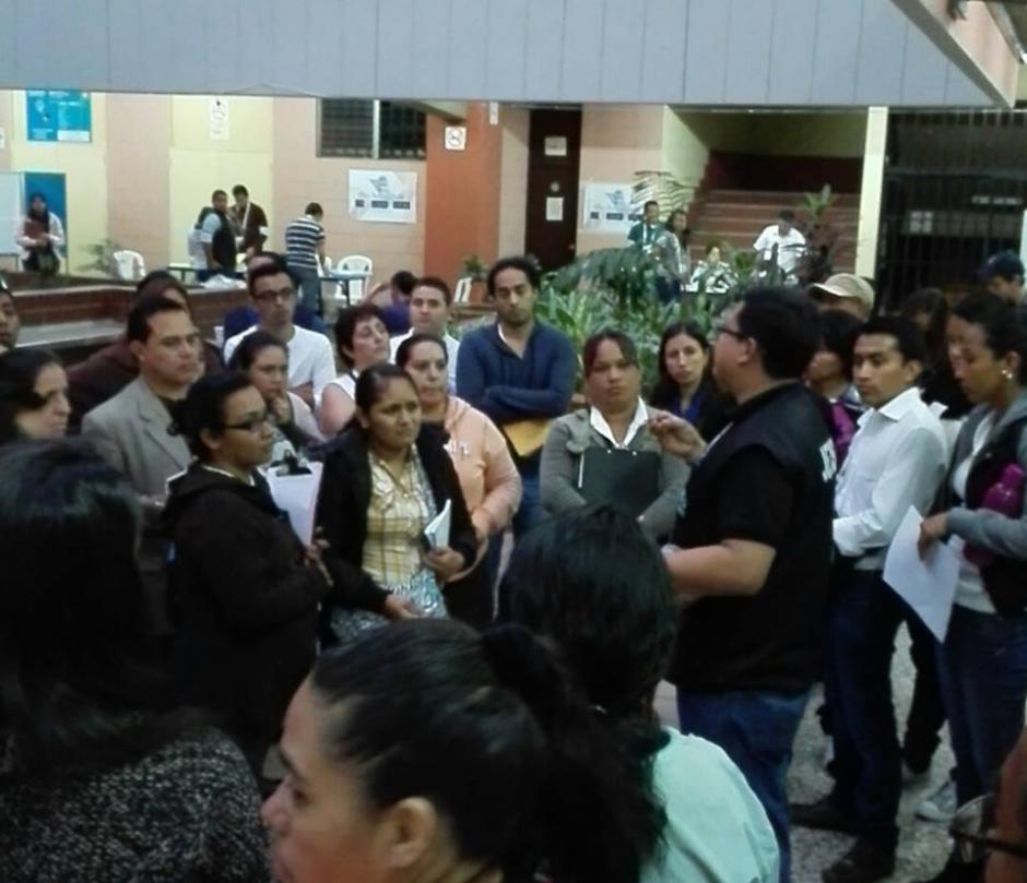 En el CUM se reúnen los fiscales con los presidentes de mesa para la logística del conteo. (Foto: Pablo Cuevas/Soy502)