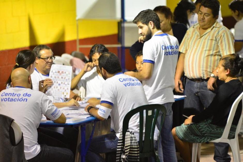 Las mesas revisan cada voto iniciando con el presidencial. (Foto: Jesús Alfonso/Soy502)