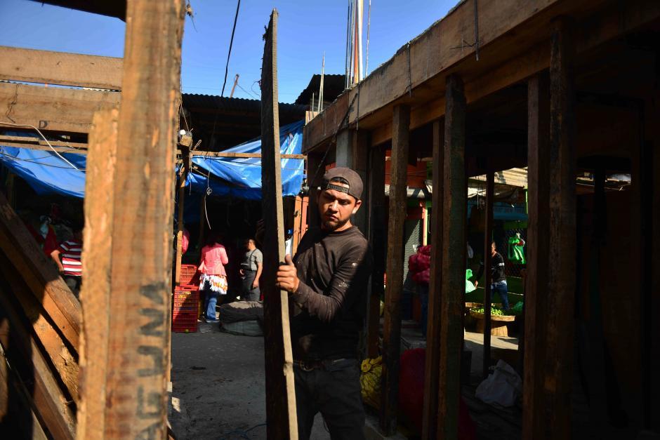 Los afectados compaginan las ventas con la reconstrucción. (Foto: Jesús Alfonso/Soy502)