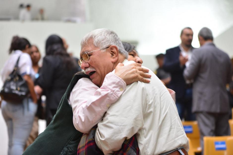 Edín Barrientos, exdirectivo de Banrural y acusado en el caso Cooptación del Estado, abraza a su hija previo a la resolución del juez Gálvez. (Foto: Jesús Alfonso/Soy502)
