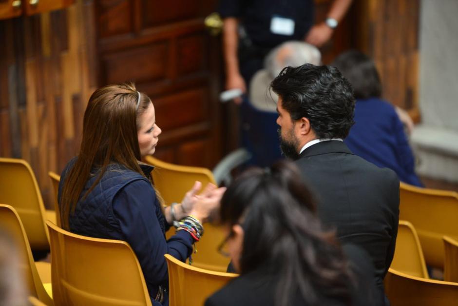 La exdiputada Daniela Beltranena y Jonathan Chévez hablan previo al inicio de la jornada 24 de la audiencia del caso Cooptación del Estado. (Foto: Jesús Alfonso/Soy502)