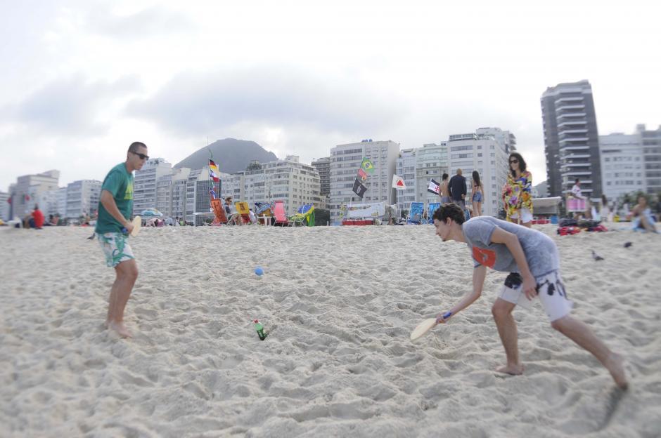 """""""Raquetbol de playa"""" es uno de los deportes más populares en Copacabana. (Foto: Pedro Pablo Mijangos/Soy502)"""