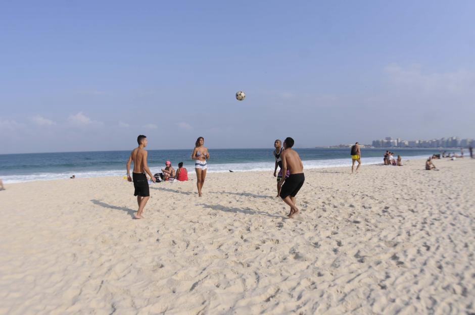 """El """"fuchibol"""" también se practica en la arena blanca de Copacabana. (Foto: Pedro Pablo Mijangos/Soy502)"""