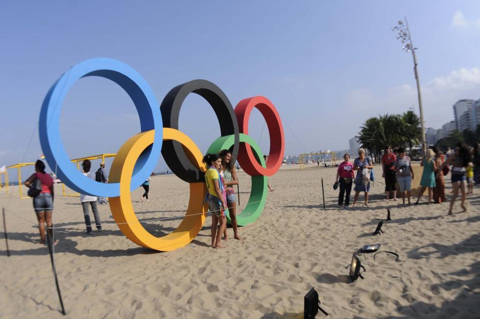 Los aros olímpicos son parte del paisaje de la playa de Copacabana. (Foto: Pedro Pablo Mijangos/Soy502)