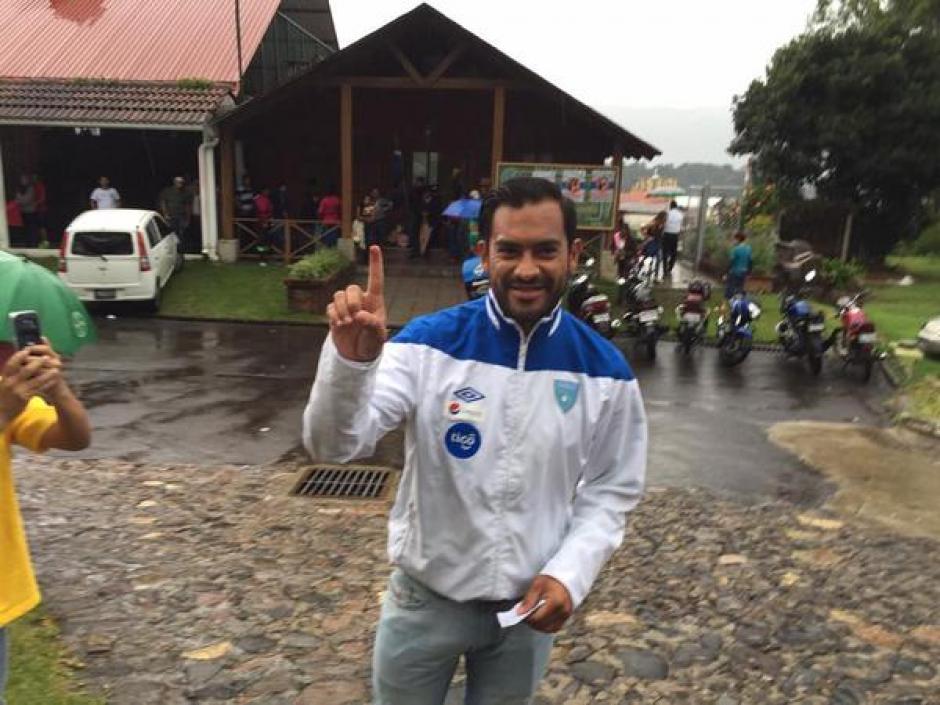"""Carlos el """"Pescado"""" Ruiz votó en San José Pinula, luego de regresar del viaje de Antigua y Barbuda. (Foto: Nuestro Diario)"""
