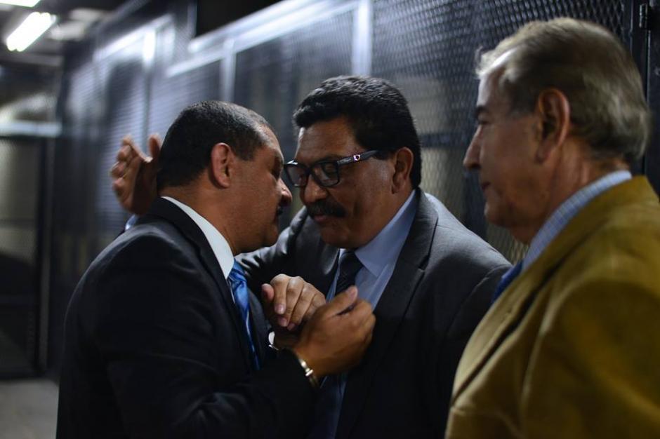 Tono Coro saluda afectuosamente a Francisco García Gudiel, quien es su abogado defensor.(Foto: Wilder López/Soy502)