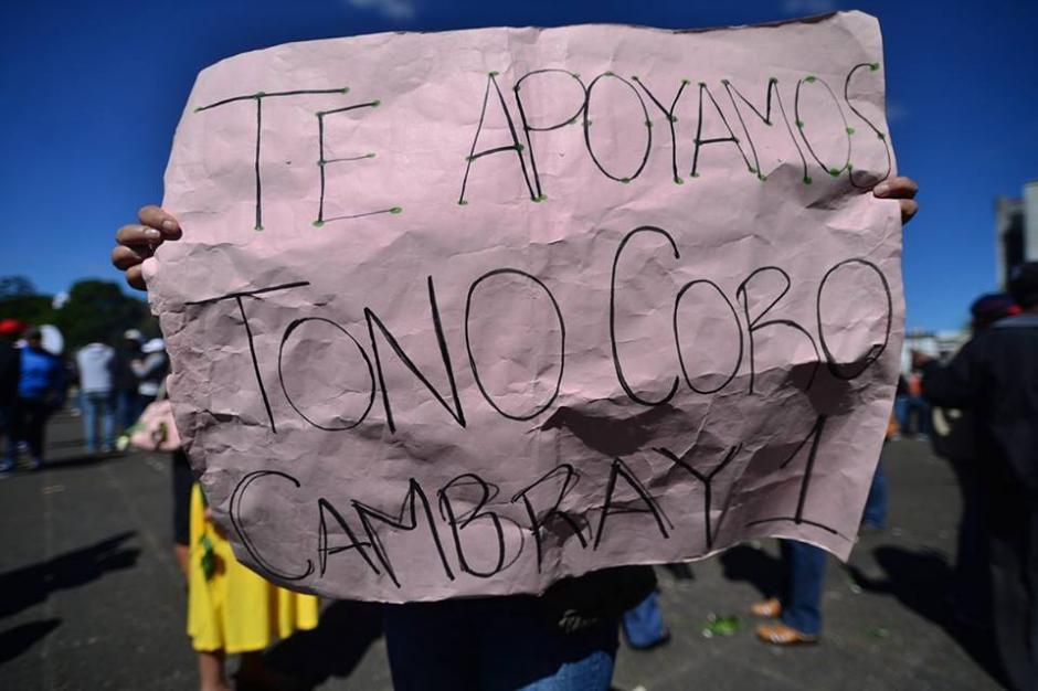 Mientras la audiencia se desarrollaba, afuera de tribunales varios simpatizantes de Coro de nuevo llegaron a pedir su libertad.(Foto: Wilder López/Soy502)