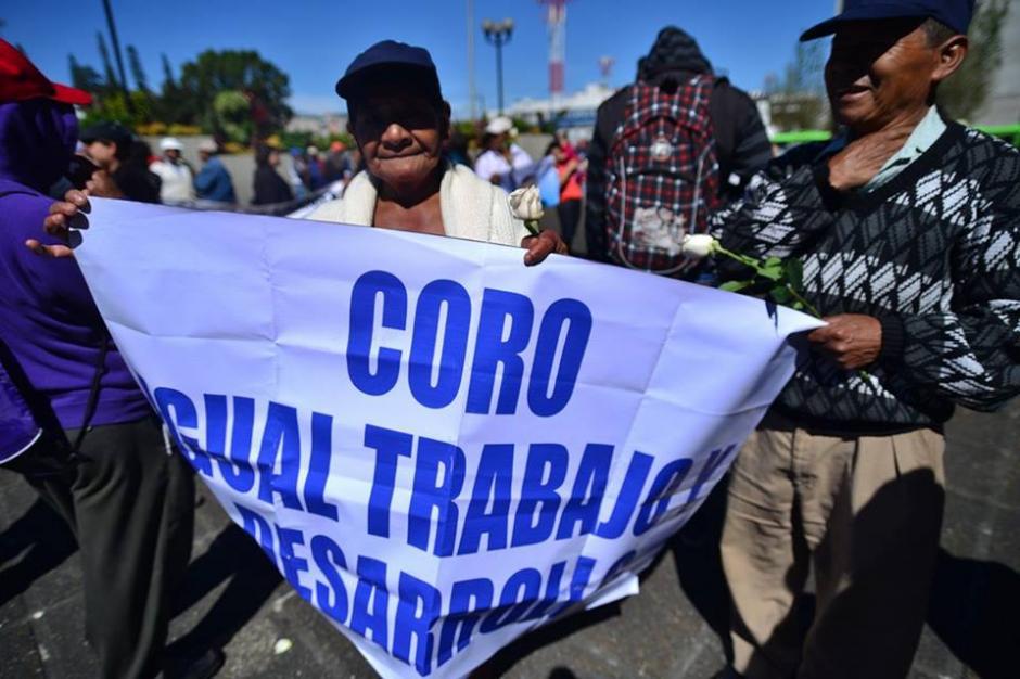 Con las mismas pancartas del lunes los seguidores de Coro fueron trasladados a Tribunales.(Foto: Wilder López/Soy502)
