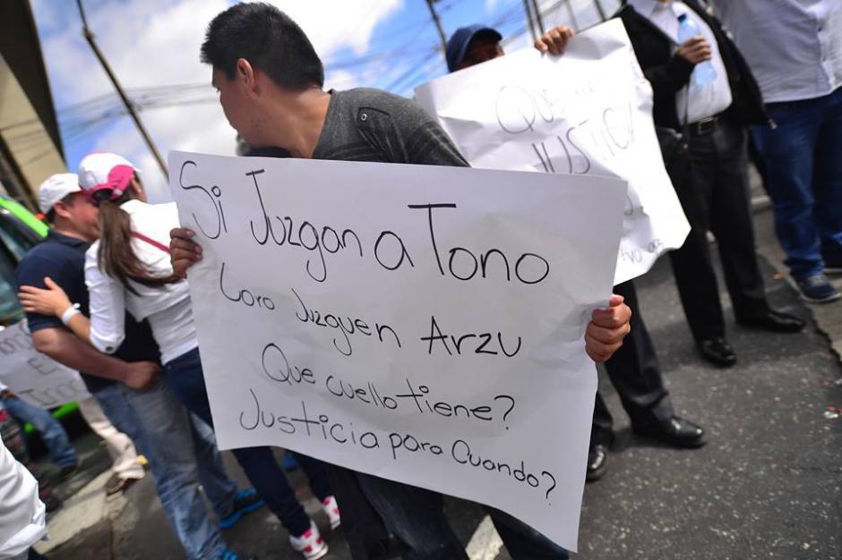 Como el argumento de Tono Coro el viernes, varios manifestantes portaron su mensaje en pancartas. (Foto: Wilder López/Soy502)