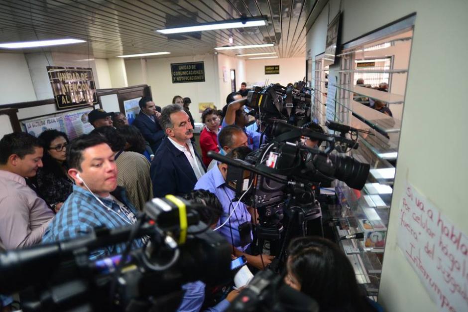 En las afueras del juzgado, varios periodistas y simpatizantes de Antonio Coro estaban atentos al proceso. (Foto: Wilder López/Soy502)