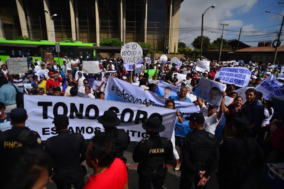 Los manifestantes bloquearon el paso de Transmetro en Torre de Tribunales. (Foto: Wilder López/Soy502)
