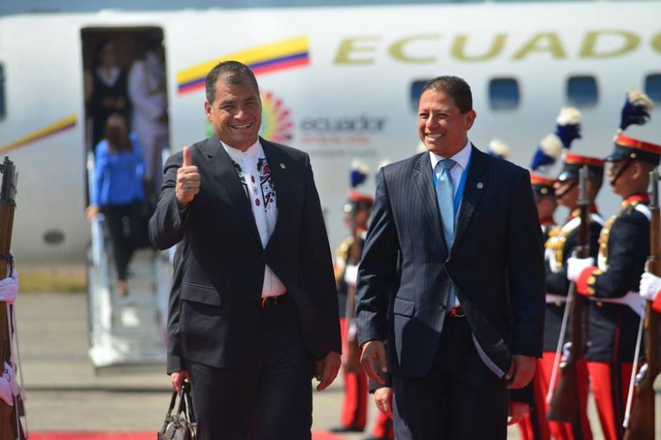 Correa durante su saludo a la prensa en la Fuerza Aérea Guatemalteca. (Foto: Jesús Alfonso/Soy502)