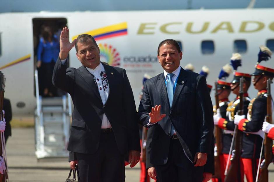 Así saludó el presidente de Ecuador, Rafael Correa a los medios de comunicación a su arribo a Guatemala. (Foto: Jesús Alfonso/Soy502)