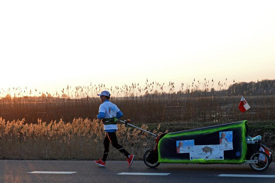 Desde el amanecer Piotr Kurlyo inicia su maratón de más de 2 mil kilómetros desde Polonia hasta Italia, para presenciar la canonización de su compatriota Juan Pablo II. (Foto: AFP)