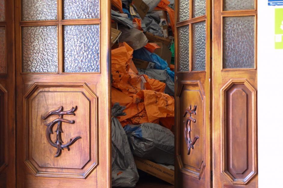 En esta imagen se aprecia cómo se amontonan los paquetes en la oficina de Correo de la zona 1. (Foto: Alejandro Balán/Soy502)
