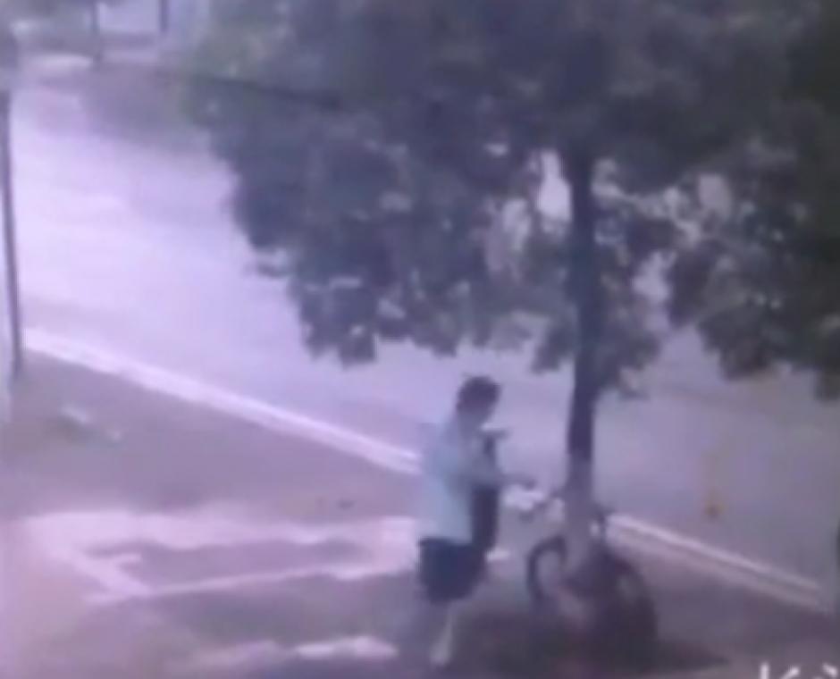 Un ladrón trata de llevarse una bicicleta que se encuentra encadenada a un árbol. (Foto: Live Leak/YouTube)