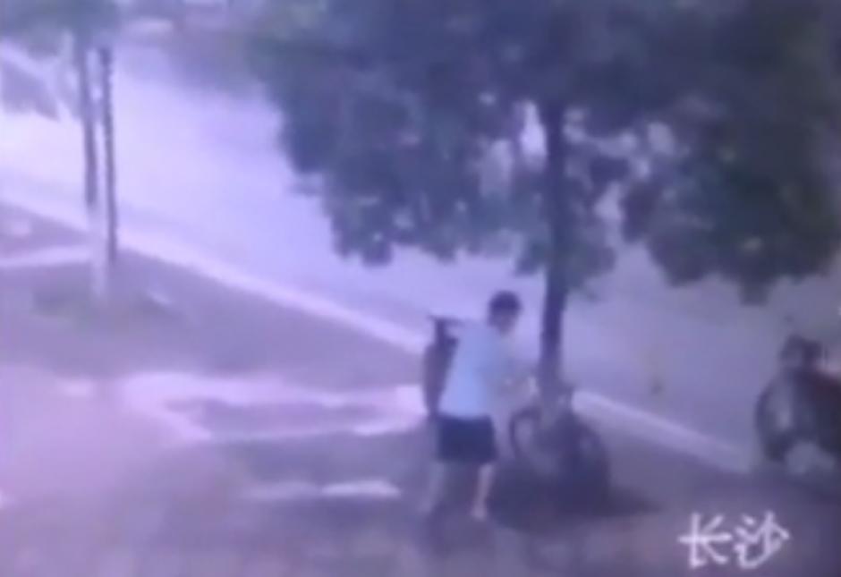 Las cámaras de seguridad instaladas en el lugar captaron lo que sucedía. (Foto: Live Leak/YouTube)