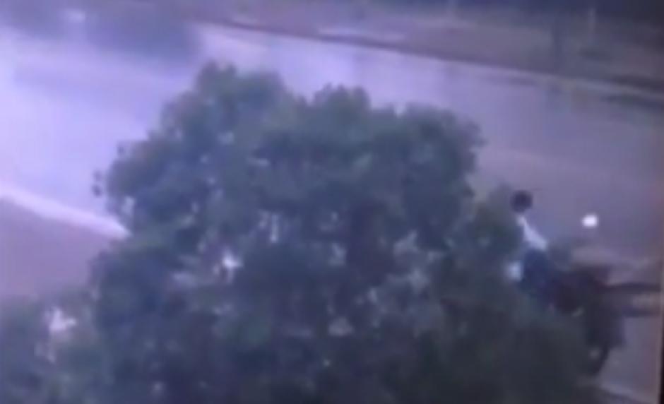 El hombre acomoda la bicicleta a la parte trasera de su motocicleta. (Foto: Live Leak/YouTube)