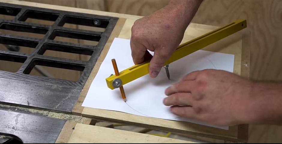 Un usuario de YouTube hizo un experimento y convirtió una hoja de papel en una sierra. (Captura de pantalla: John Heisz/YouTube)