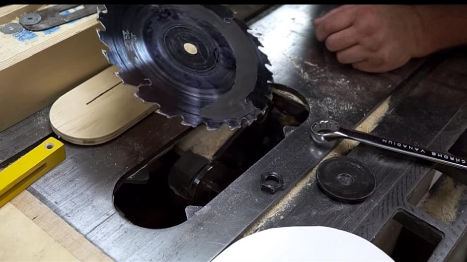 El usuario reemplaza la sierra de metal por una de papel. (Captura de pantalla: John Heisz/YouTube)