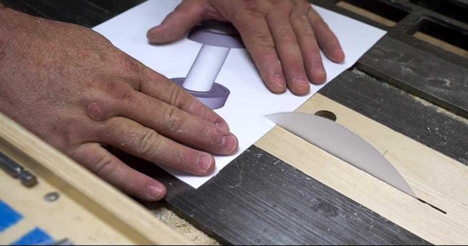 La sierra de papel corta a la perfección papel más grueso. (Captura de pantalla: John Heisz/YouTube)