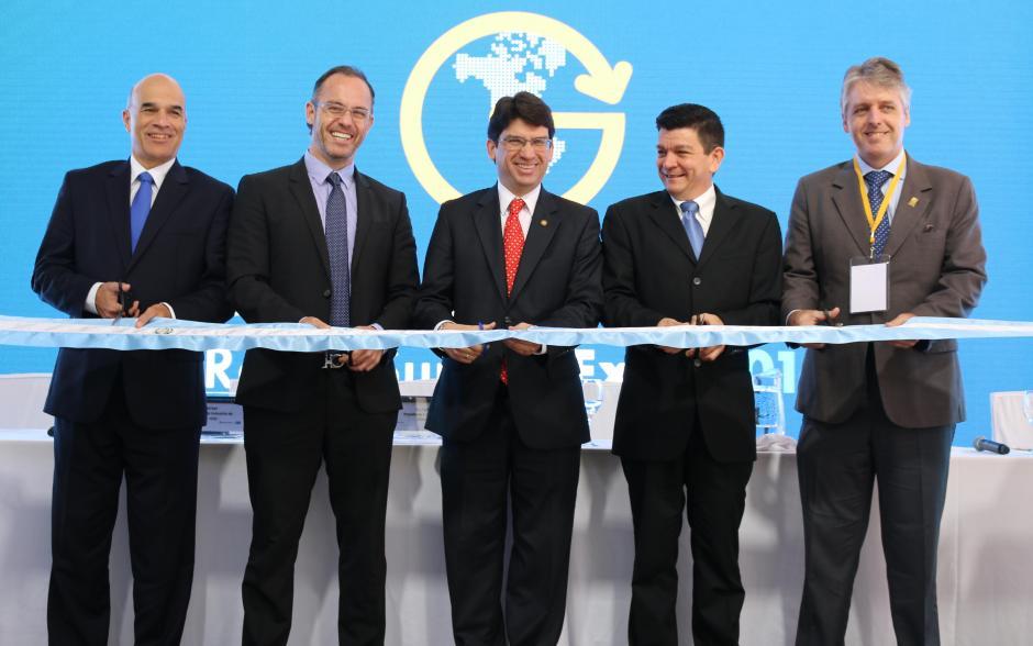 El Ministro de Economía asistió a la inauguración de la feria. (Foto: AGN)