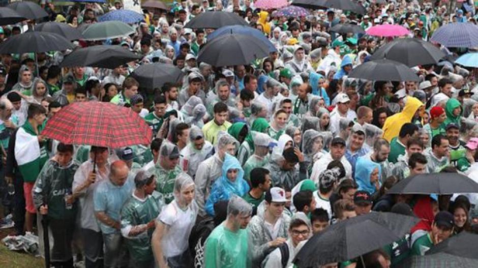 Cubiertos con capas, los asistentes despidieron a las víctimas de la tragedia. (Foto: Infobae)