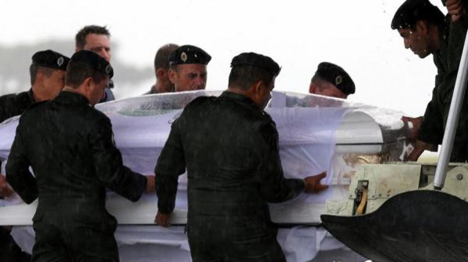 Las fuerzas de seguridad apoyaron con el traslado de los cuerpos desde el aeropuerto hasta el estadio. (Foto: Infobae)