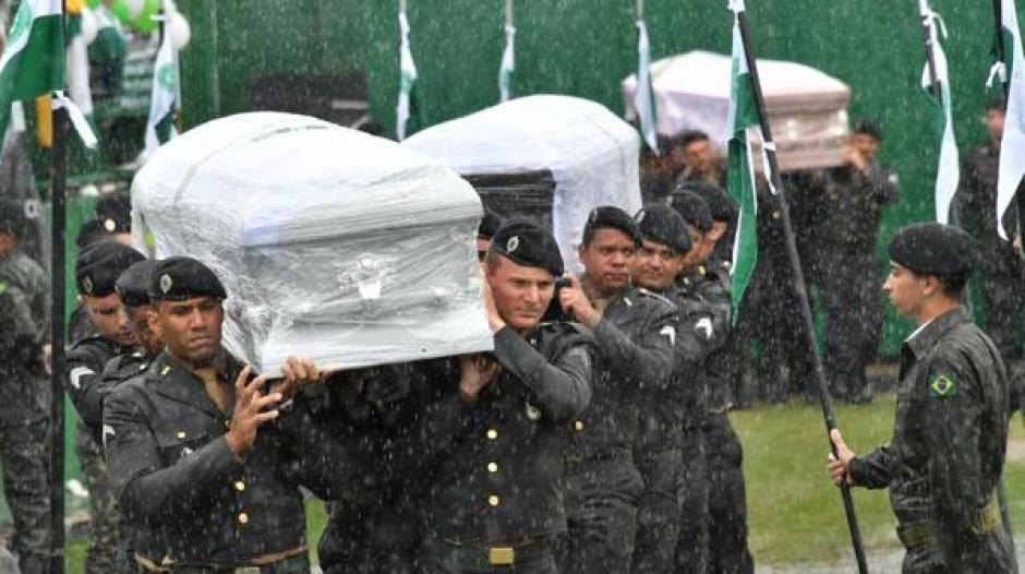 Las fuerzas de seguridad de Brasil apoyan en el traslado de los ataúdes. (Foto: Infobae)