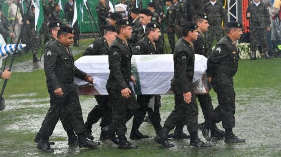 Los féretros fueron llevados al estadio bajo una fuerte lluvia. (Foto: Infobae)