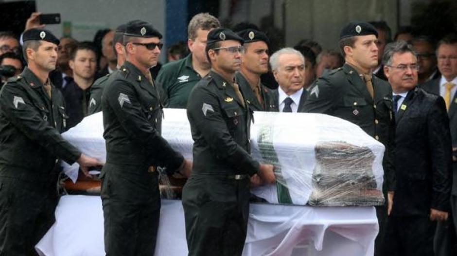 Un grupo de militares ingresó los ataúdes a la gramilla del estadio. (Foto: Infobae)