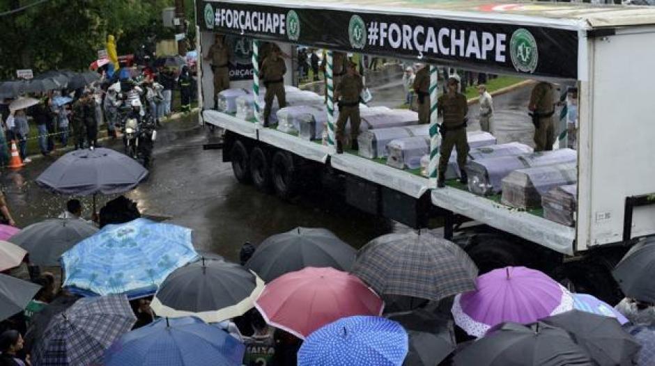 En plataformas montadas en camiones fueron trasladados los 50 cuerpos. (Foto: Infobae)