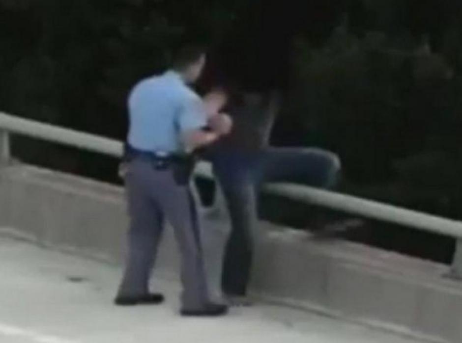 policía salva aun hombre foto