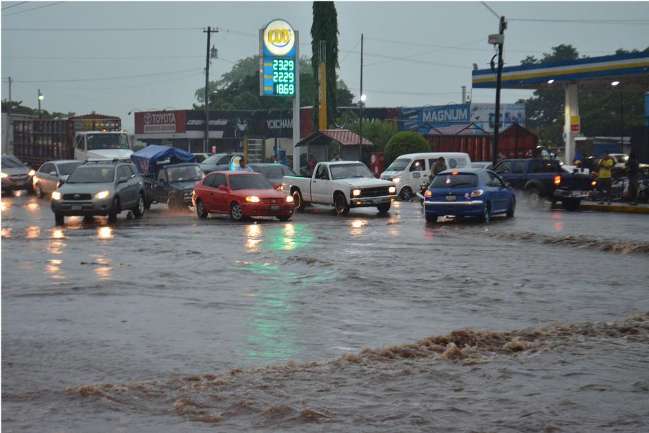 En Santa Lucía Cotzumalguapa, Escuintla el tránsito se ha visto afectado por la cantidad de agua en las calles y avenidas. (Foto: Nuestro Diario)