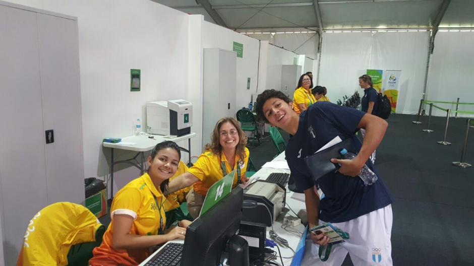 Martínez posó con un grupo de voluntarios en la entrada de la Villa. (Foto: COG)