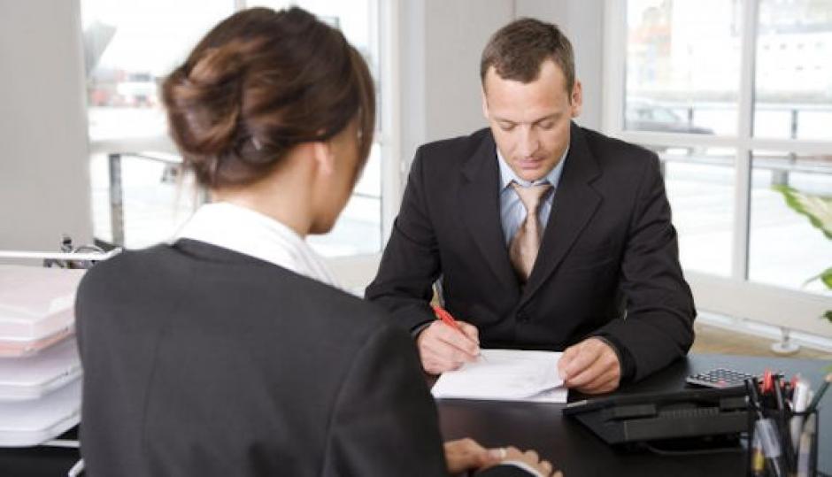 Durante la entrevista debes sentarte recto, hablar en un tono de voz claro y no hablar más de la cuenta. (Foto: coyunturaeconomica.com)