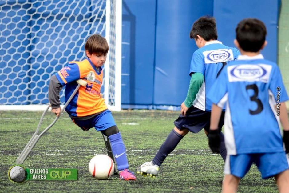 """El pequeño """"Santi """"disfruta jugar al futbol.  (Foto: Twitter)"""