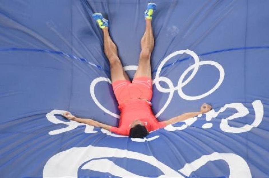 Al concluir el salto el atleta lució triste por no seguir en competencia. (Foto: EFE)