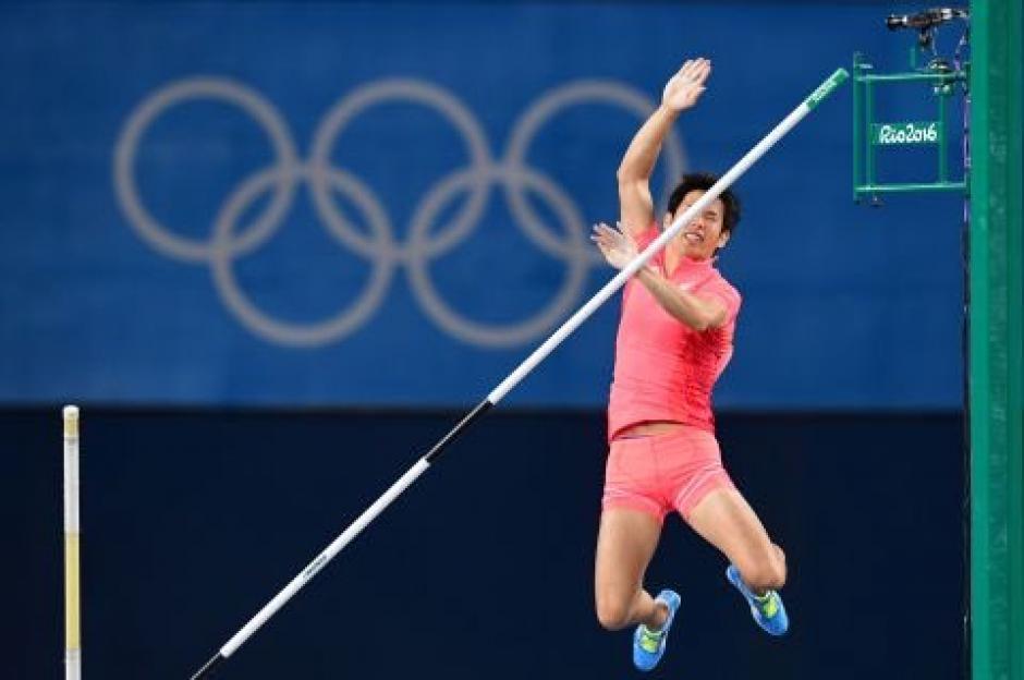 Saltador japonés sufre un percance en competencia y se vuelve viral. (Foto: EFE)