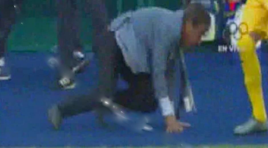 El técnico de los catrachos, Jorge Luis Pinto, se cae de la felicidad. (Foto: Captura de video)