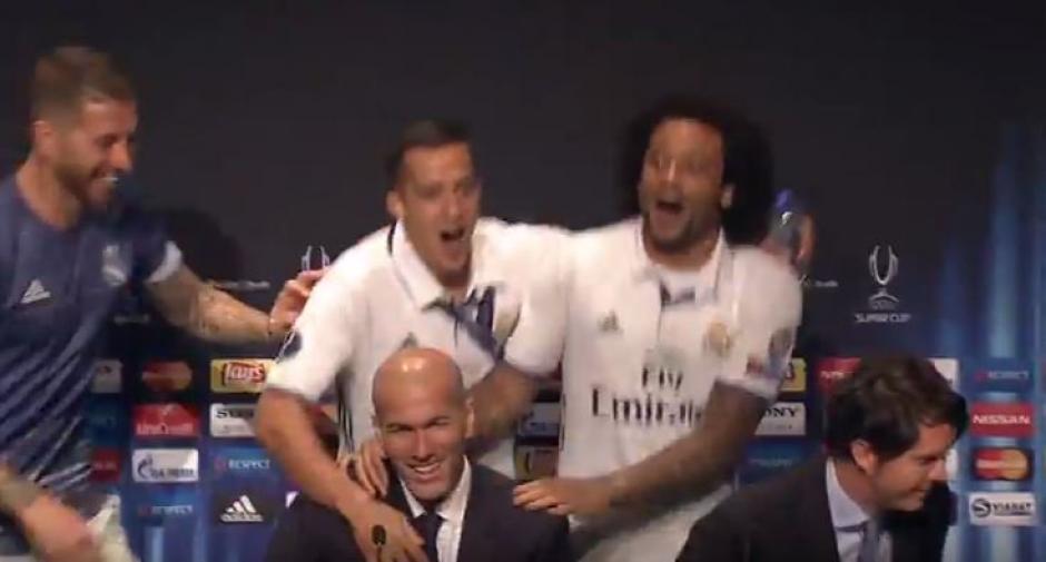 Marcelo, Sergio Ramos y otros jugadores mojaron a Zidane en plena conferencia. (Foto: Captura de video)