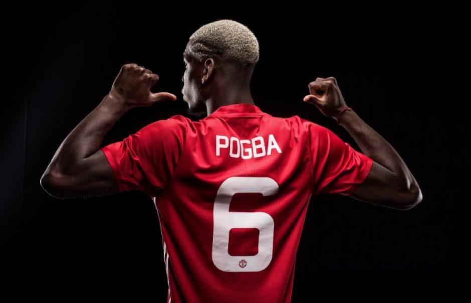 Paul Pogba ya posa con la camiseta de Manchester United. (Foto: Twitter)