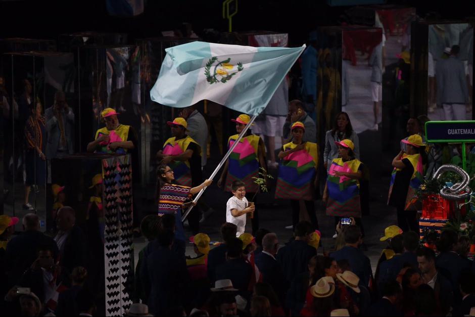 Ana Sofía llevó la bandera de Guatemala en la inauguración de los Juegos. (Foto: COG)