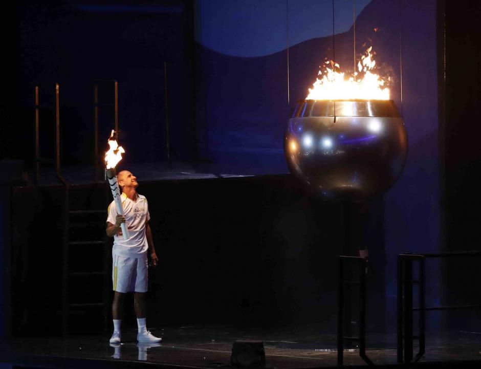 Vanderlei Cordeiro de Lima  tuvo el honor de encender fuego olímpico Río 2016. (Foto: EFE)