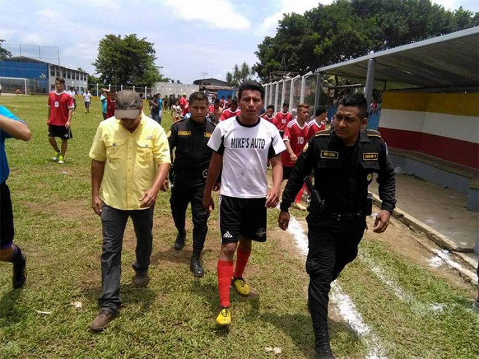 El agresor fue retirado por el Ejército de Guatemala, pero no consignado debido a  que la PNC no se encontraba en el estadio. (Foto: Twitter)