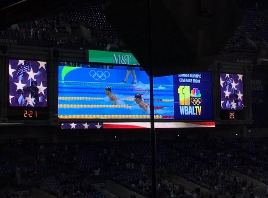 En pleno partido de la NFL las pantallas muestran el triunfo de Phelps. (Foto: Twitter)