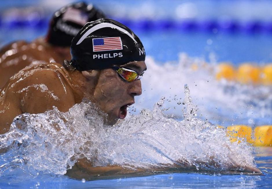 Cuando parece que lo alcanzan, Phelps saca fuerzas y los derrota a todos. (Foto: Twitter)