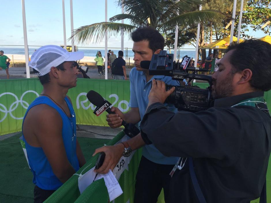 Los medios internacionales entrevistaron a Erick Barrondo al final de la prueba de 20 kilómetros marcha. (Foto: Pedro Mijangos/Soy502)